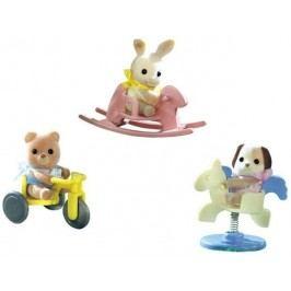 Sylvanian Families Baby příslušenství - štěně, méďa, králík si hrají venku